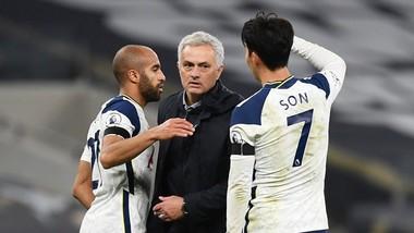HLV Jose Mourinho không ủng hộ cầu thủ được ưu tiên tiêm vắc xin. Ảnh: Getty Images