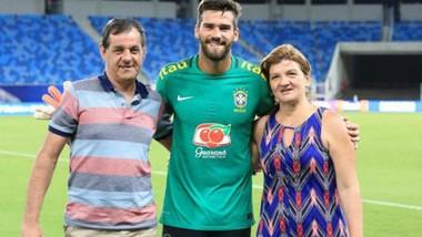 Thủ thành Alisson Becker bên cạnh cha và mẹ mình.
