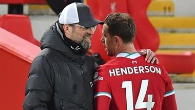 HLV Jurgen Klopp lo mất đội trưởng Jordan Henderson đến hết mùa. Ảnh: Getty Images