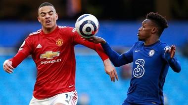 Tình huống tranh cãi trong một diễn biến không mấy hấp dẫn trên sân Chelsea. Ảnh: Getty Images