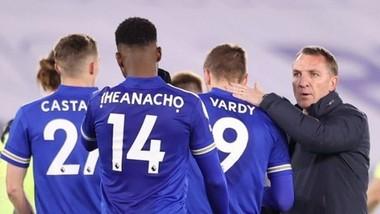 HLV Brendan Rodgers trấn an học trò sau trận thua sốc Newcastle. Ảnh: Getty Images