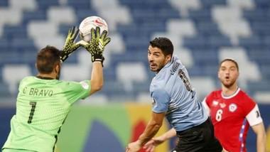 Luis Suarez và Uruguay vẫn đang vất vả tìm chiến thắng đầu tiên.