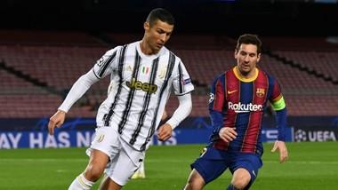 Lionel Messi và Cristiano Ronaldo gặp nhau ở Champions League mùa qua. Ảnh: Getty Images