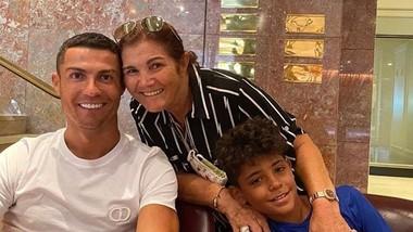 Bà Dolores Aveiro muốn trước khi chết được thấy cha con Ronaldo tại Sporting Lisbon.