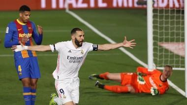 Karim Benzema ghi bàn trong trận Siêu kinh điển mùa qua.