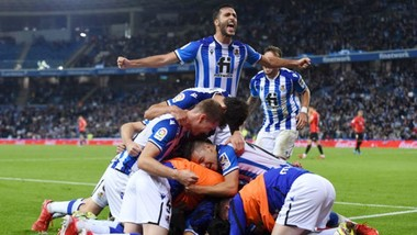 Sociedad ăn mừng chiến thắng đưa họ lên ngôi đầu.