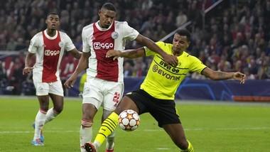Sebastien Haller (trái) tiếp tục ghi bàn giúp Ajax giành kết quả hoàn hảo.