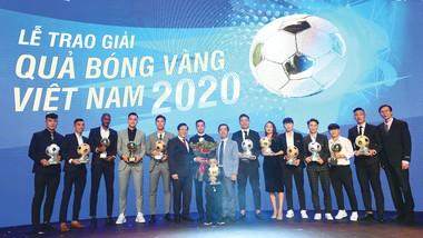 Ban Biên tập Báo SGGP - đơn vị tổ chức Giải thưởng Quả bóng vàng Việt Nam và những cầu thủ nam, nữ được tôn vinh trong mùa giải 2020. Ảnh: DŨNG PHƯƠNG