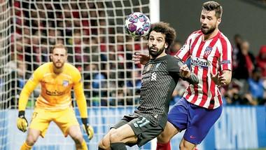 Mohamed Salah (trái) sẽ đương đầu với hàng phòng ngự vững chắc của Atletico Madrid