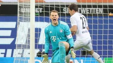 Thủ môn Manuel Neuer phải vào lưới nhặt bóng đến 3 lần