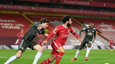 Mo Salah đi bóng trước Linderlof