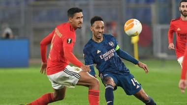 Aubameyang (trái) trong trận hòa Benfica