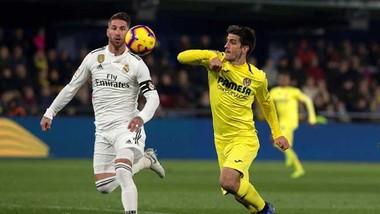 Sergio Ramos (trái) cản phá tiền đạo Villarreal