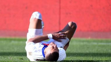 Kylian Mbappe dính chấn thương đầu gối
