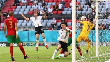 Robin Gosens (trái) ghi bàn giúp tuyển Đức dẫn 4-1