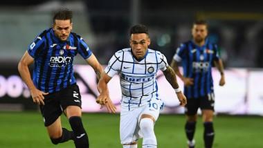 Lautaro Martinez nỗ lực vượt qua hàng thủ Atalanta
