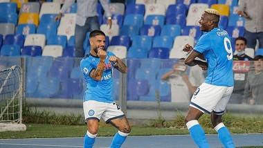 Victor Osimhen (trái) ăn mừng chiến thắng cùng đội trưởng Lorenzo Insigne