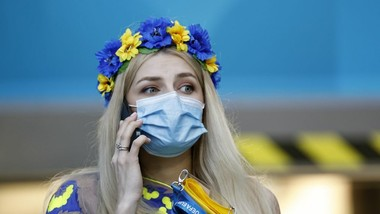Đeo khẩu trang, nữ CĐV Ukraine vẫn phô bày nét xinh xắn