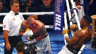 Usyk đánh bại AJ, sau đó được Vitali chúc mừng