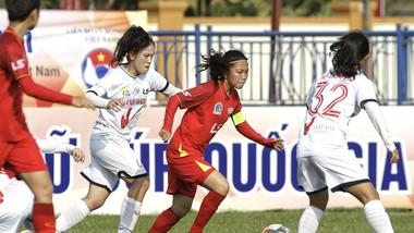 Huỳnh Như và các đồng đội khởi động thuận lợi qua chiến thắng 3-0 trước Hà Nội II. Ảnh: MINH HOÀNG