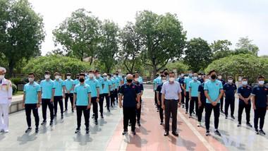Đội tuyển Việt Nam tại lễ dâng hương tưởng nhớ các Anh hùng liệt sỹ tại tượng đài Bắc Sơn