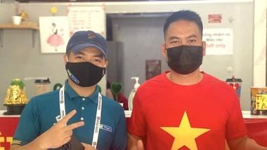 Phóng viên Ted Trần (bên trái) và anh Bình, Việt kiều tại UAE đã đồng hành cùng anh em phóng viên trong thời gian qua. Ảnh: TÂY SƠN