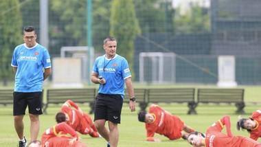 HLV thể lực Cedrid hướng dẫn cầu thủ khởi động trước buổi tập