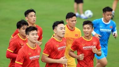 Đọi tuyển Việt Nam trên sân tập chiều 16-9