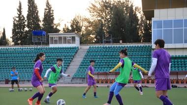 Các cầu thủ Việt Nam tập trên sân thi đấu Dushanbe