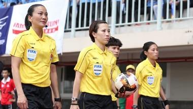 Trọng tài Thu Trang (ở giữa) vừa được FIFA mời tham dự khóa học VAR chuẩn bị cho World Cup 2023