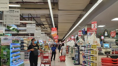 Người dân nghiêm túc đeo khẩu trang tại Lotte Mart Đà Nẵng