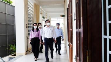 Ông Lê Trung Chinh, Chủ tịch UBND TP Đà Nẵng kiểm tra phòng thi của thí sinh F1