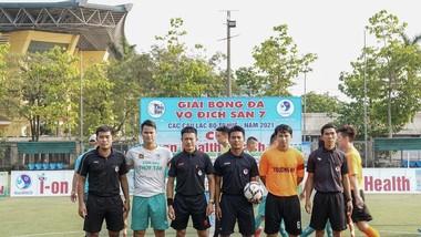 Một trận đấu giữa Thủy Tân và Trường An, hai đội bóng phong trào giàu truyền thống nhất tại Huế trước khi dịch Covid-19 trở lại Thừa Thiên Huế. Ảnh: HÙNG PHẠM