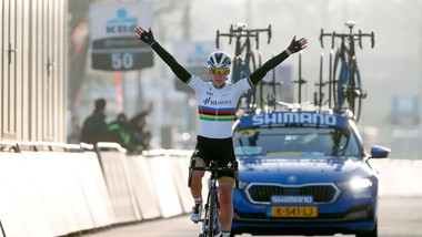 Anna van der Breggen một mình về đích.