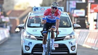 Mathieu van der Poel đạp xe về đích với tay lái bên phải bị gãy.