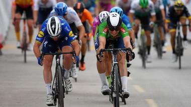 Mark Cavendish (trái) thắng sít sao trước Jasper Philipsen