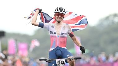 Tom Pidcock ăn mừng chiến thắng tại đích đến