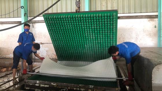 Nhờ liên kết, đầu tư máy móc, nhiều công ty của Tập đoàn Công nghiệp cao su Việt Nam có thể sản xuất ra sản phẩm chế biến sâu từ cao su