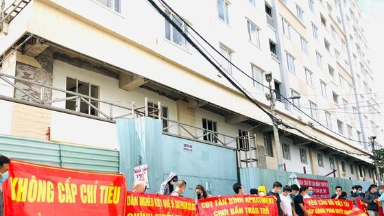 Khách hàng mua nhà ở xã hội tại dự án Tân Bình Apartment liên tục giăng băng rôn cầu cứu vì dự án đã chậm nhiều năm qua. Ảnh: Đình Sơn.