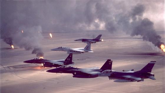 Máy bay chiến tranh của Không quân Hoa Kỳ bay qua các giếng dầu đang bốc cháy trong Chiến dịch Bão táp Sa mạc, 1991. Ảnh: Wikimedia Commons