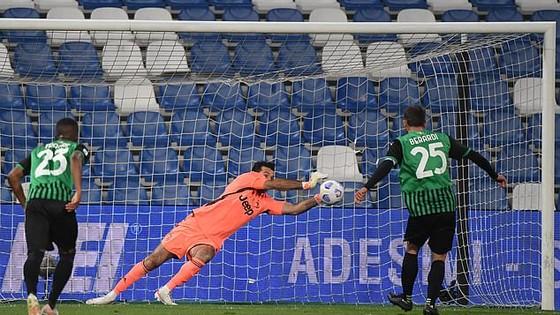 Thủ thành Gigi Buffon cản phá quả 11m của Sassuolo