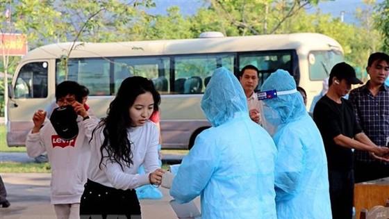 Công dân về từ Pháp rửa tay sát khuẩn tại khu cách ly tập trung. (Ảnh: Thanh Hải/TTXVN)