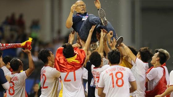 HLV Park Hang Seo được các cầu thủ U22 Việt Nam tung lên trời để ăn mừng chiến thắng (Ảnh Dũng Phương)
