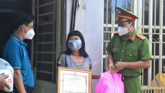 The family of Ms. Le Thi Tuyet Mai shares their support to the poorer. (Photo: SGGP)