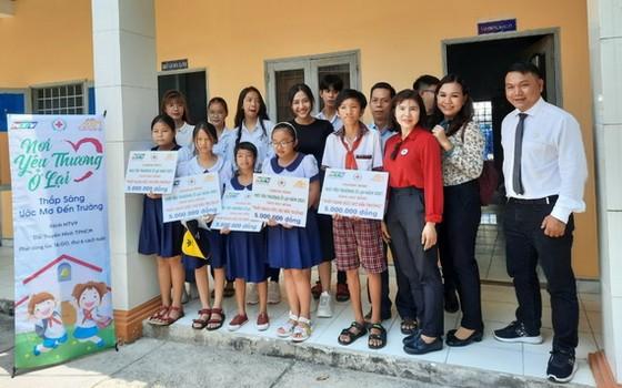 盛安鄉5名中、小學生獲頒發助學金。