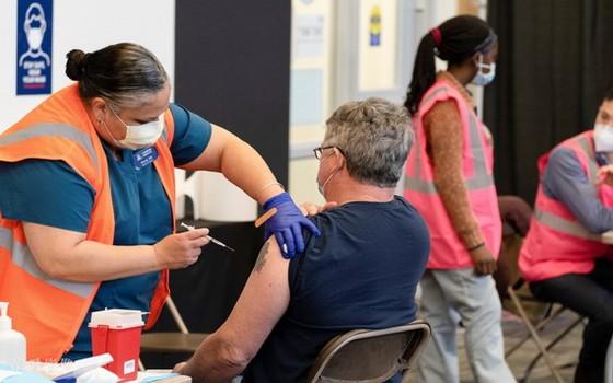 美國亞利桑那州居民接種新冠疫苗。