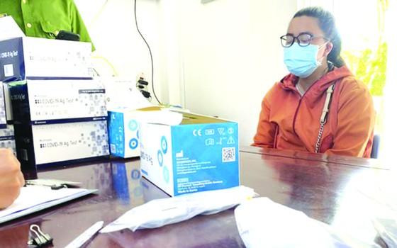 富安省綏和市公安昨(30)日告知,該單位已人贓並獲一人銷售來歷不明的新冠病毒快速測試劑盒。