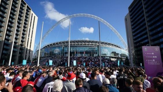 Biển người đổ về sân Wembley trước trận bán kết vào thứ tư.