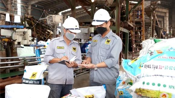 Công nhân của Cty CP phân bón Bình Điền vẫn nỗ lực sản xuất phục vụ nền nông nghiệp nước nhà.