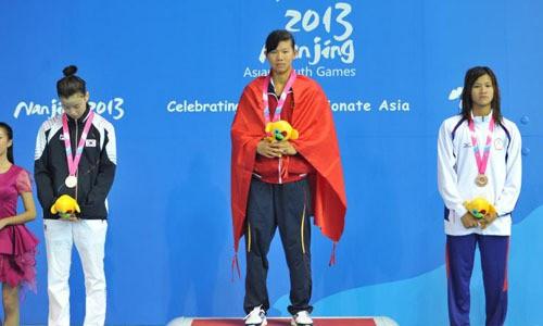 Kình ngư Nguyễn Thị Ánh Viên (giữa) tưng giành HCV tại Đại hội thể thao trẻ châu Á 2013.